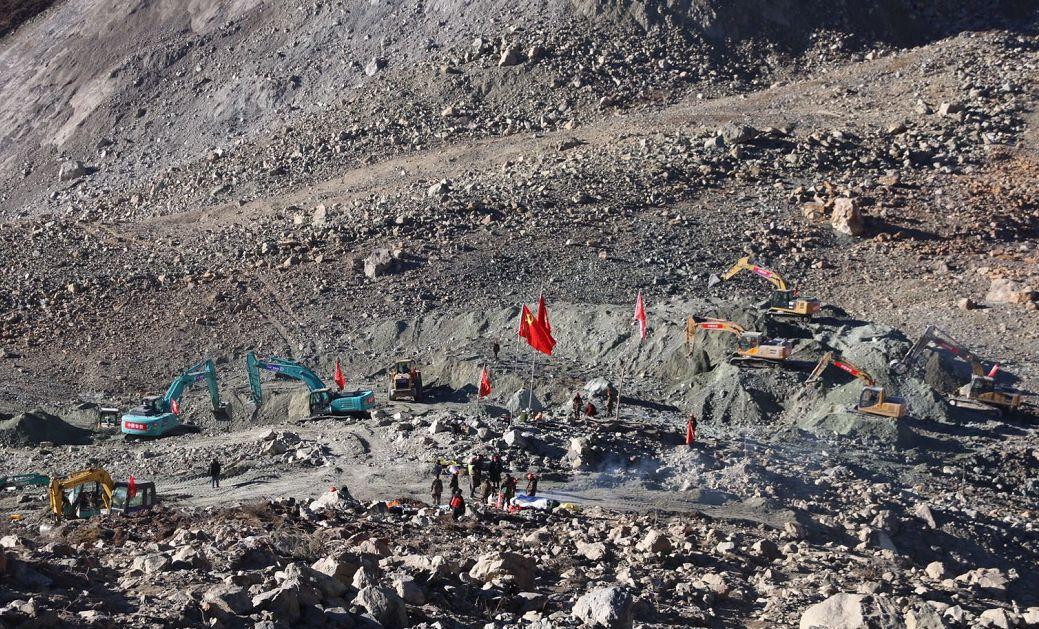 现场最新视频丨15台机械已在金沙江堰塞湖坝体开展疏通作业,开掘堰塞