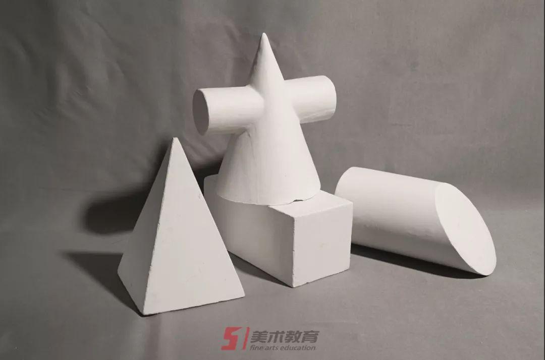 石膏几何体的结构素描就是根据石膏几何体的形状结构,以线为主,准确