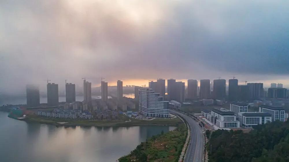 云雾缭绕的武宁县城