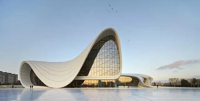 说起流线型设计,第一反应就是建筑界的女魔头扎哈·哈迪德.