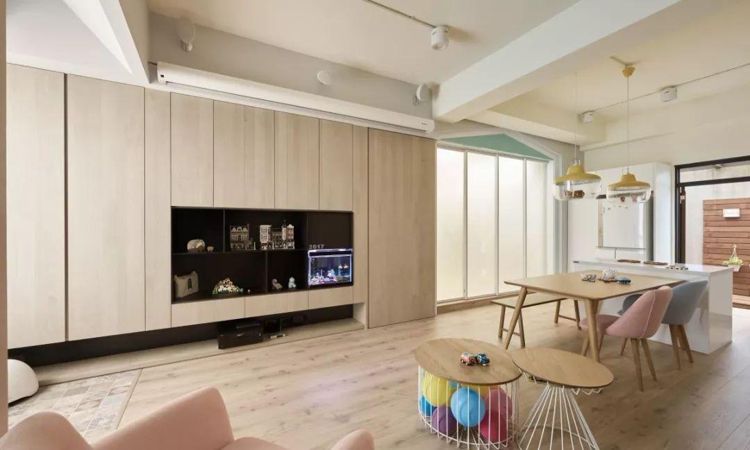 设计师舍弃制式电视墙,在客厅安装大投影幕,营造全家人的观影时刻.
