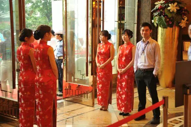 一部分在日常中坚持穿旗袍的人,她们是礼仪小姐,餐厅或ktv女性服务员.