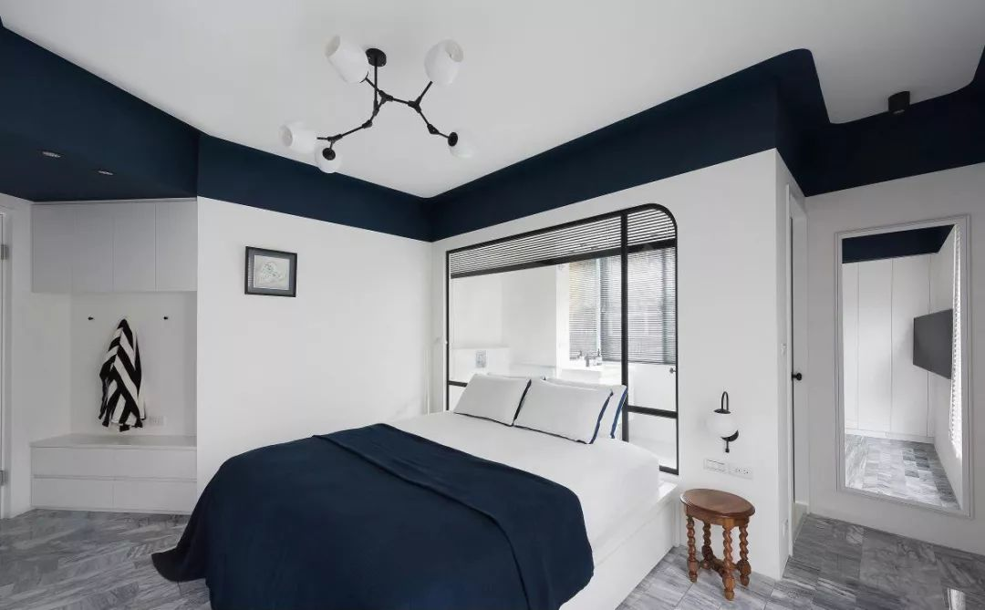 卧室碎花床头墙两边做有边框造型,契合了床头柜和壁灯的