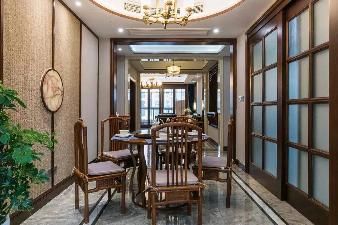 中式风格餐厅与圆形餐桌更搭,编织壁面装饰墙面.