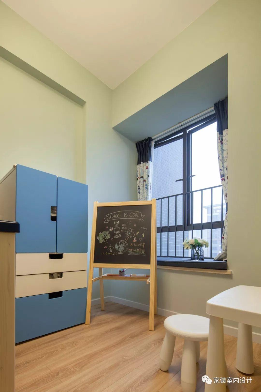 豆沙绿墙壁,小云朵造型抱枕,将整个空间点缀得充满活力与