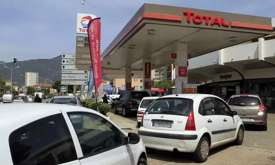 """【生活】法國油價上漲惹民憤,兩大超市堅持""""良心價"""""""