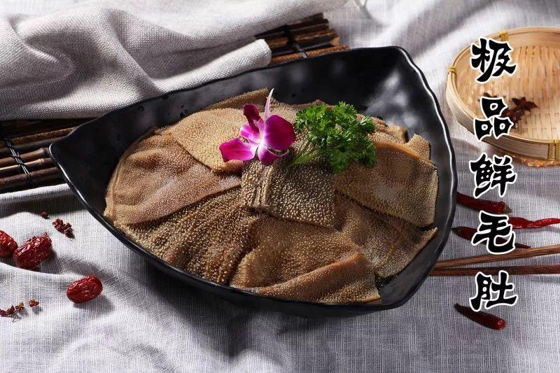 火锅必点美食之一,毛肚的地位毋庸置疑,霸气的摆盘铺得满满当当,让