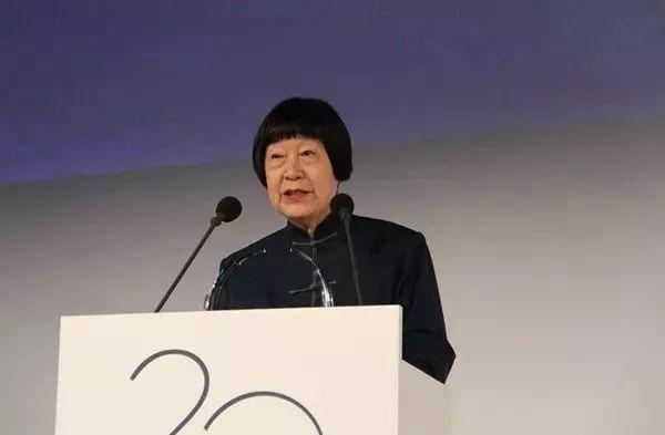 致敬!82岁中国老人获世界大奖,领奖时一开口就征服全