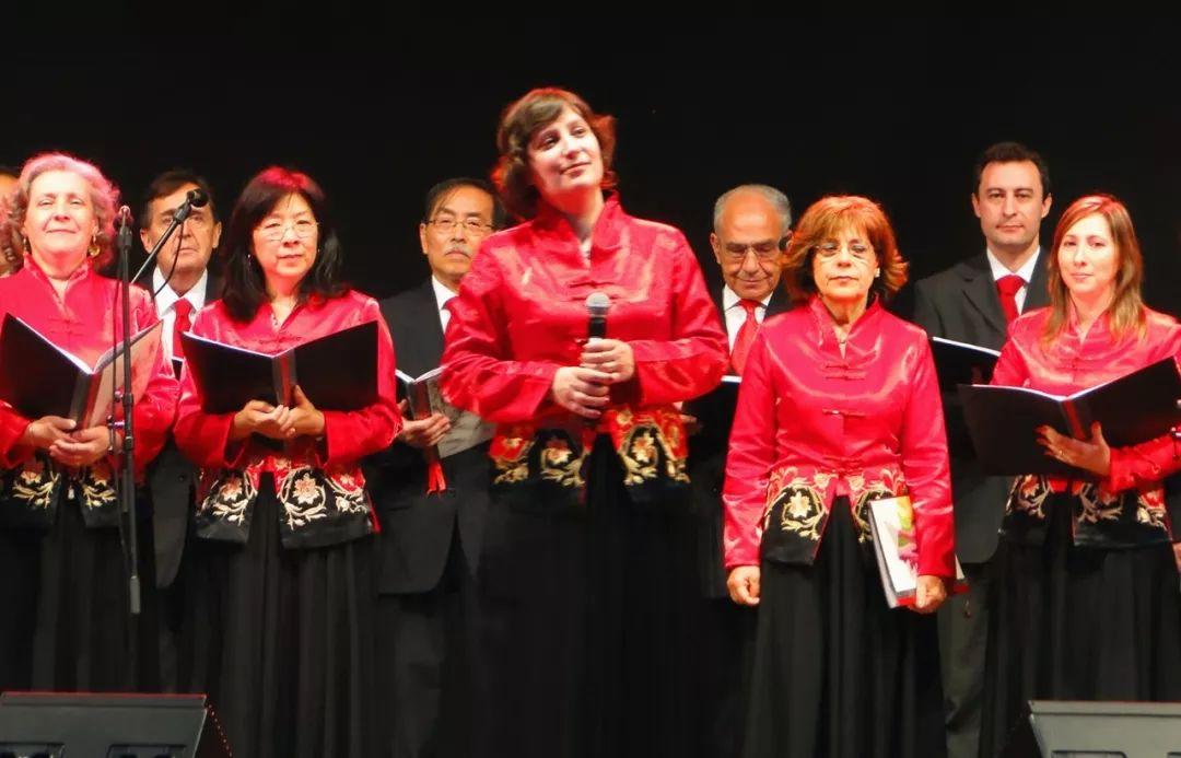 《半个月亮爬上来》……伴随指挥的手势,悠扬的歌声响起,合唱团成员的图片
