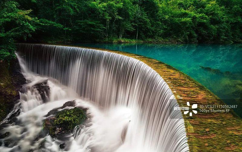 图:@新浪贵州旅游   荔波小七孔风景区得名于一座古老的小