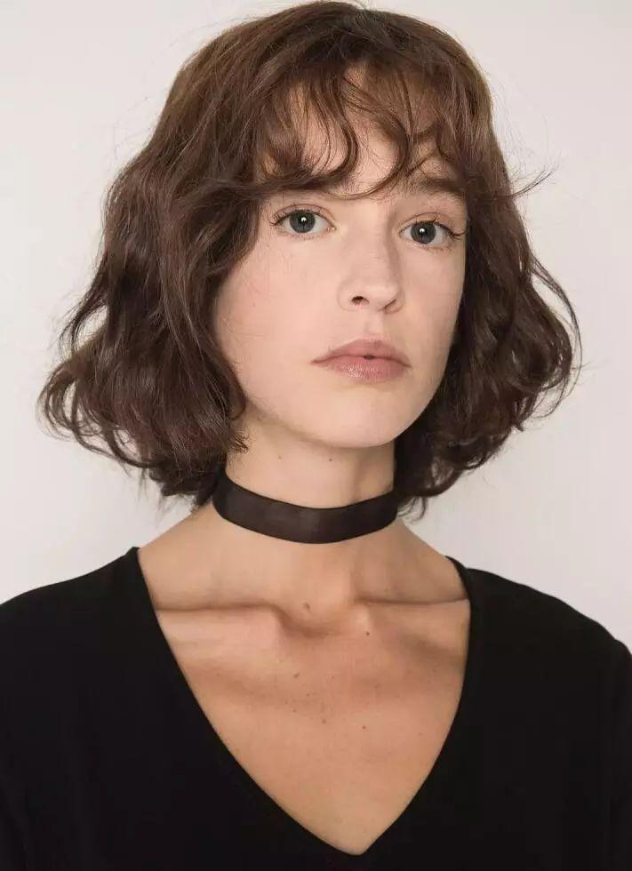 无论是短发,长发还是扎着头发,   自由垂散开的法式刘海都能让你的图片