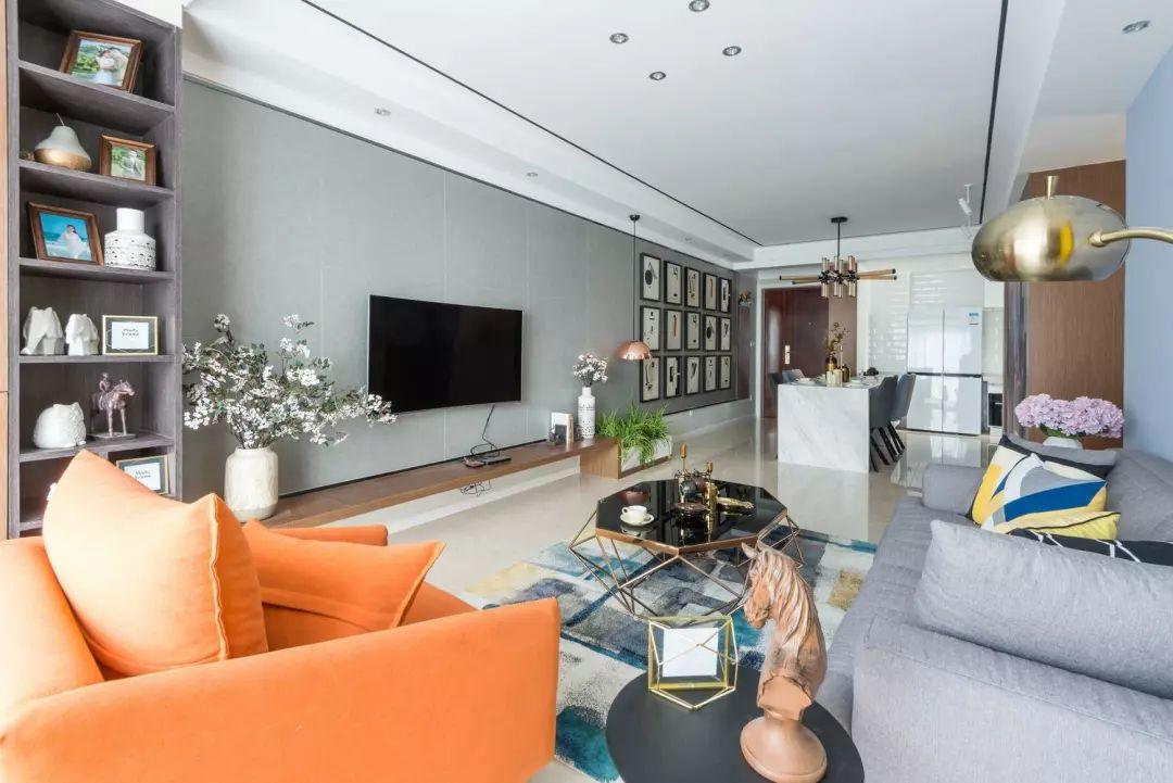 客廳地面通鋪淺色瓷磚,藍色乳膠漆墻面搭配亮黃色谷倉門,讓空間形成