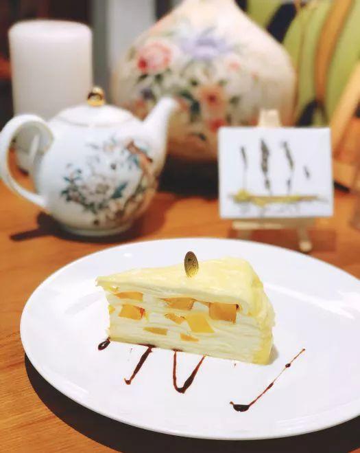 店内的 甜品款式也很多,经典的千层, 精致的小爱心, 可爱的小黄人.