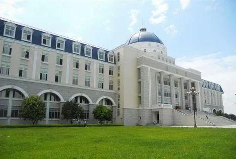 锦城学院的图书馆可是学校里的标志性建筑之一,大气的欧式建筑风格图片
