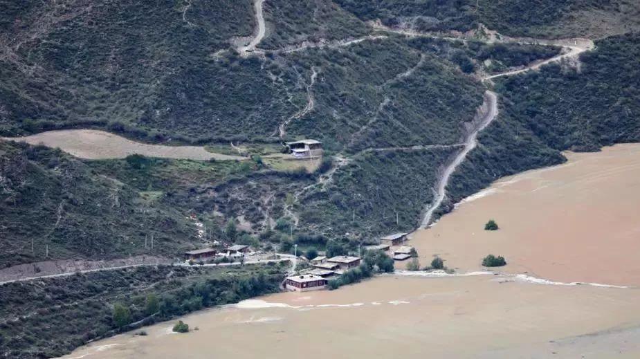 救援正在进行中!金沙江堰塞湖坝体被冲开 原滑坡山体处出现大裂缝