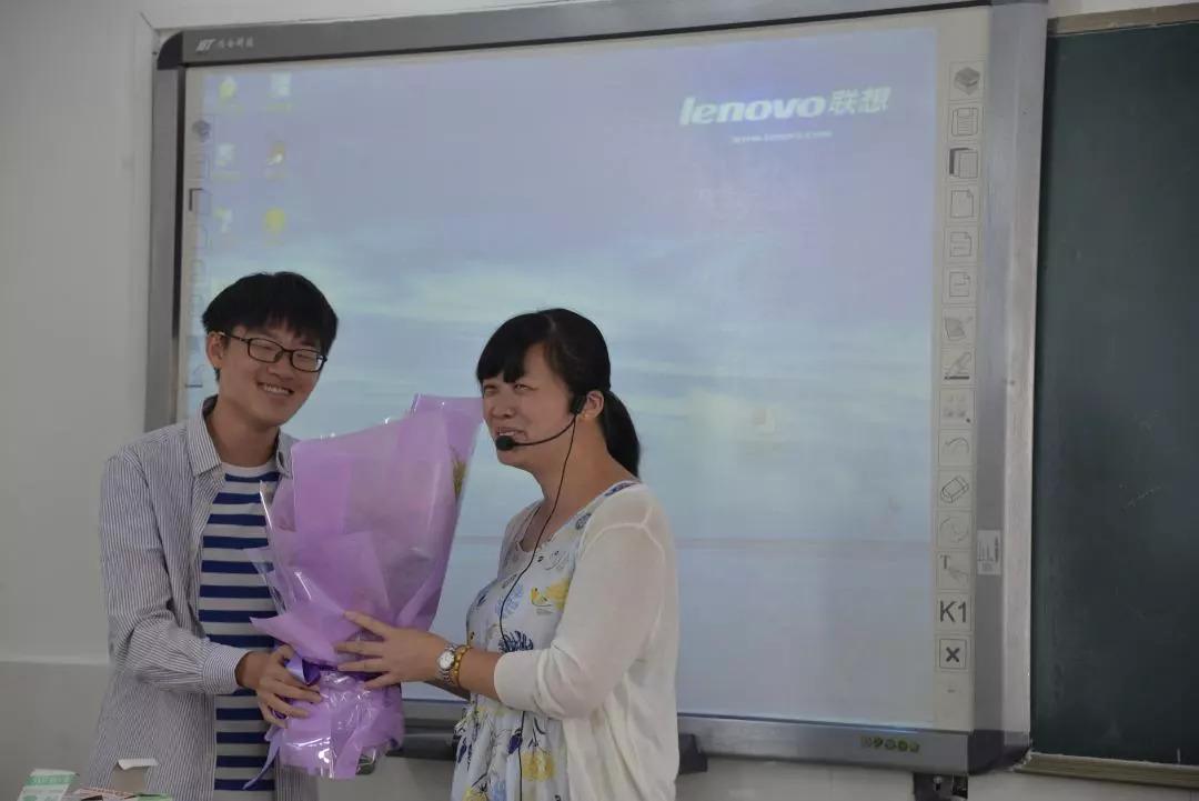 收到鲜花的高一(12)班语文老师张静,心花怒放哟~      高一(8)图片