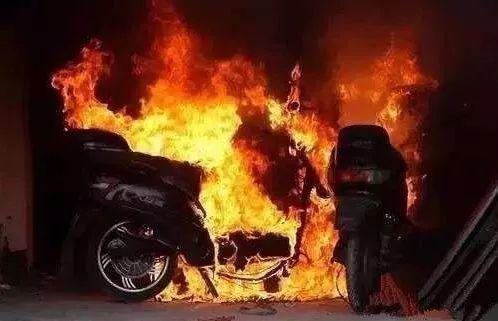 电动自行车在充电时发生火灾,主要原因包括:由于充电时间过长,蓄电池