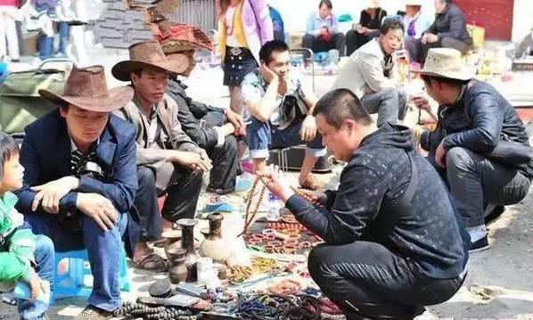 讲述:通常的古玩市场集市地摊上有这么些类的卖家