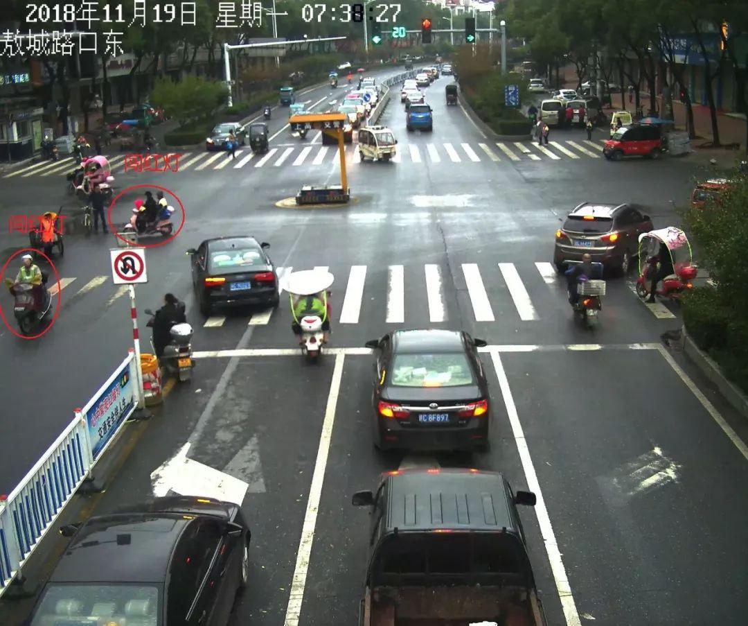 十字路口自行车在机动车道内逆行撞上右转的机动车事故责任如何划分