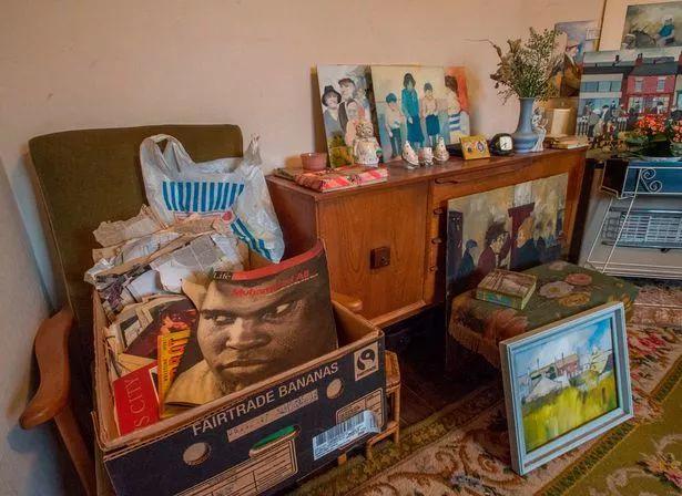 86歲建築工人孤獨離世,弟弟整理房間後,發現他的另一神祕身份···