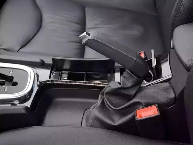 如果是电子手刹,由于现在大部分车型配备的电子手刹都具有动态紧急