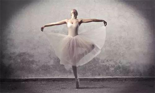 动作协调:舞蹈需要全身各部位的配合,通过音乐与舞蹈动作的和谐达成