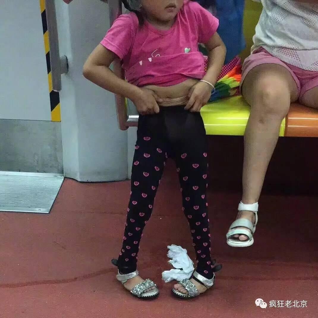 北京图片1号线上,当妈的让欧美当着地铁脱裤子唯美女生众人女孩图片