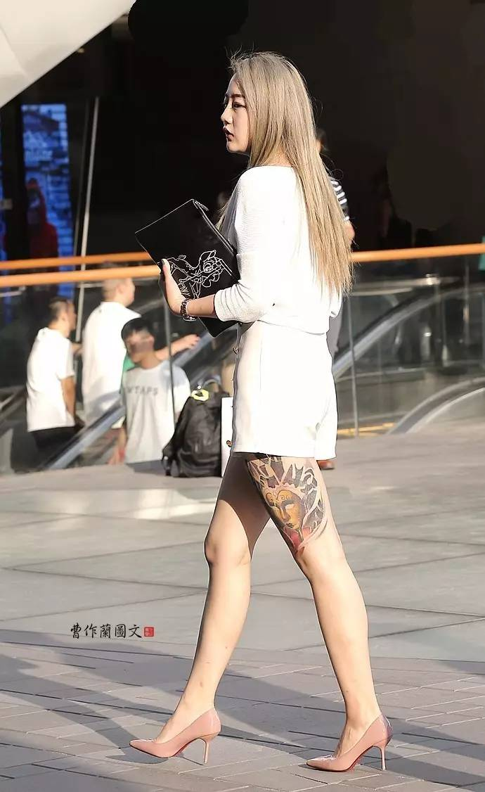 街拍:深度纹身美女,走在时尚前沿的艺术尤物