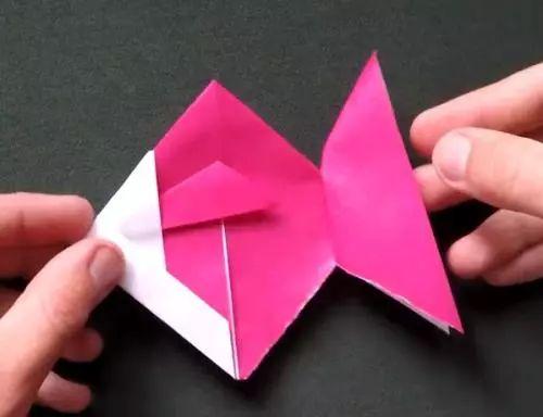 老师讲故事,小朋友回答故事里的问题   折纸,折各种小动物   给一