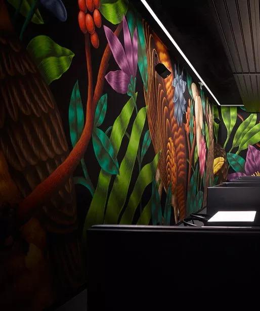 空间|巨型手绘 x 热带鸟类——壁画酒吧餐厅