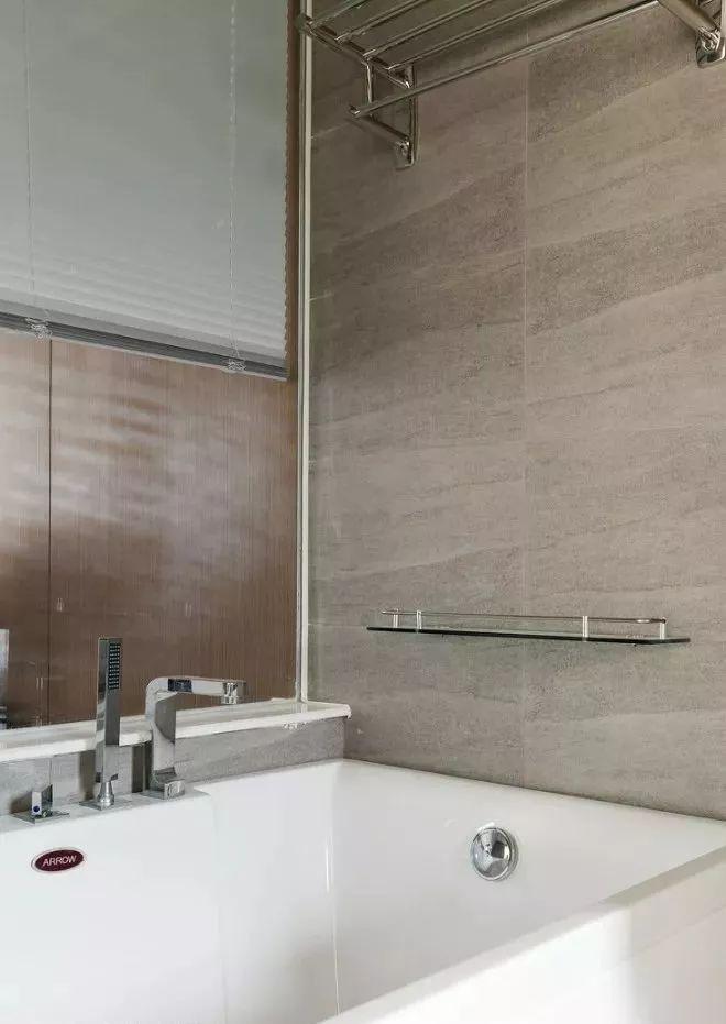 仿石材墙砖,白色调的浴室柜,灰色的洗手台及大面积镜柜使空间整洁