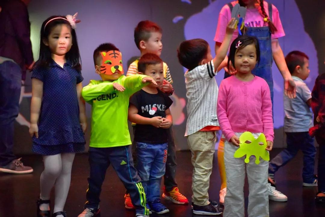 小朋友们的观剧体验感很强,还能学会不同的小动物跳舞动作.