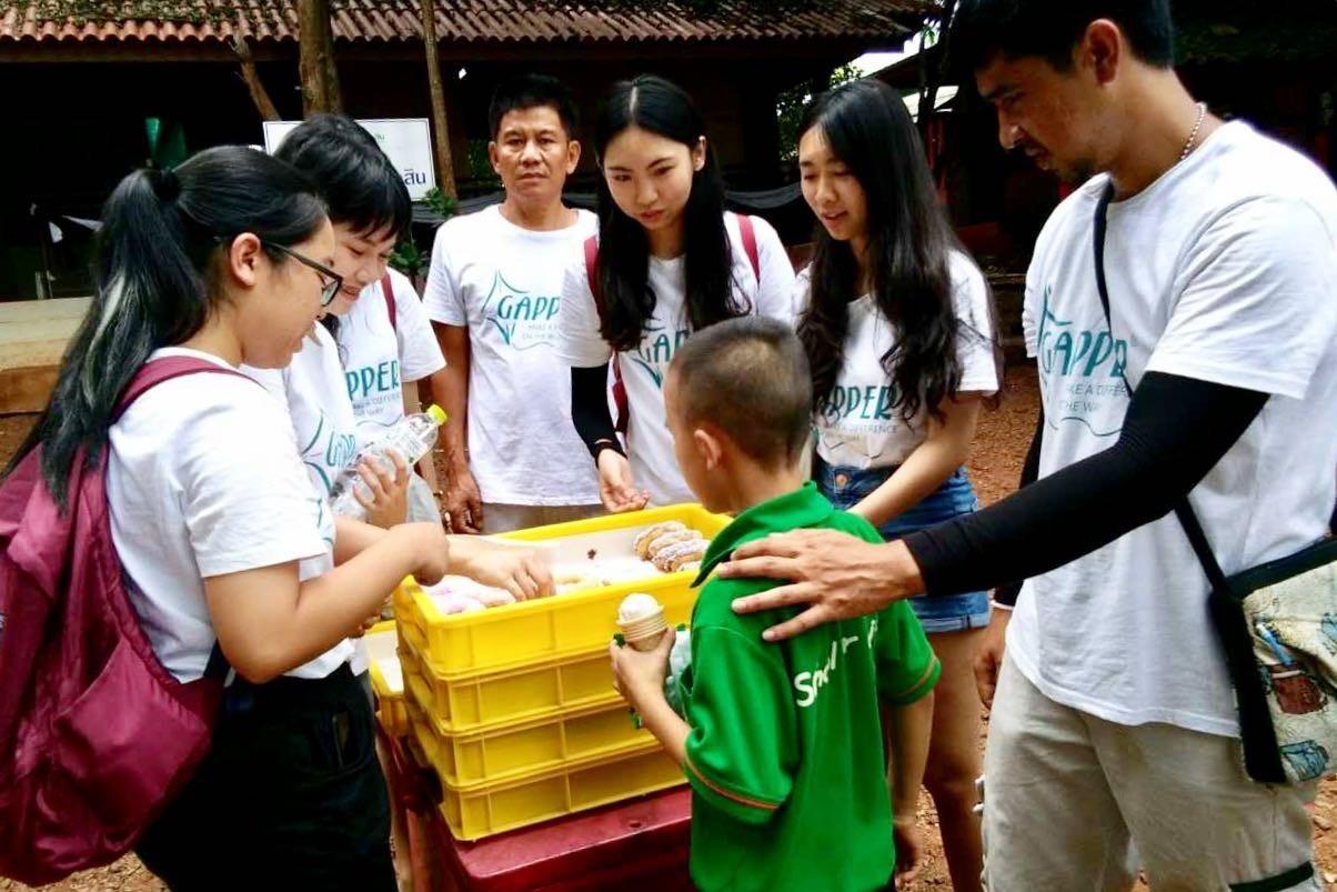 8月8日,菲律宾社区服务项目的志愿者,给长滩岛的警察蜀黍上了一堂