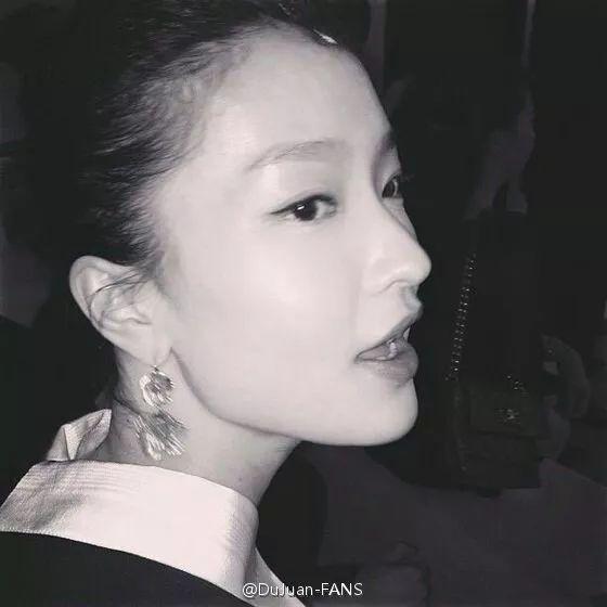 次年,杜鹃成为首位进入权威模特排行榜top50的中国人,进而签约美国img