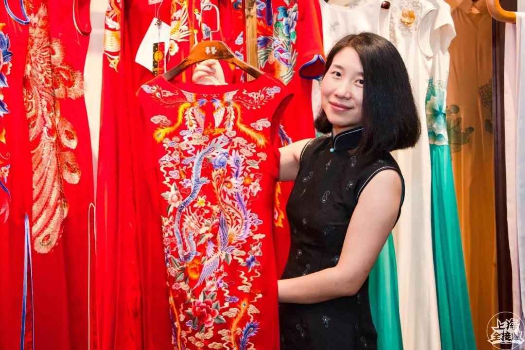 大红色的旗袍配上金色的绣线和亮片,看起来非常精致又喜庆