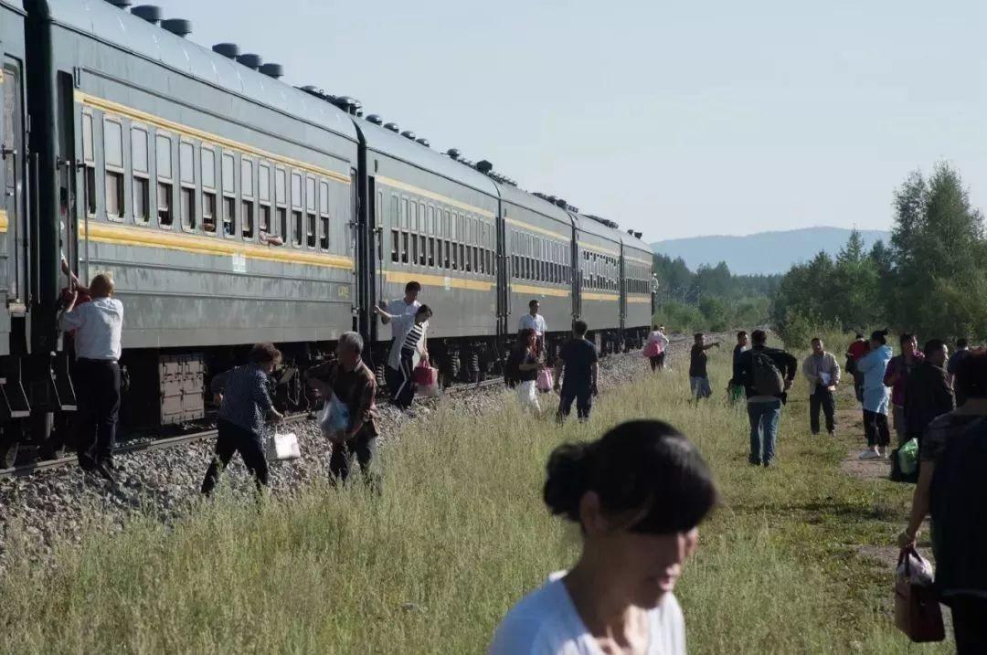 你在綠皮火車裡聞到的,是人情味