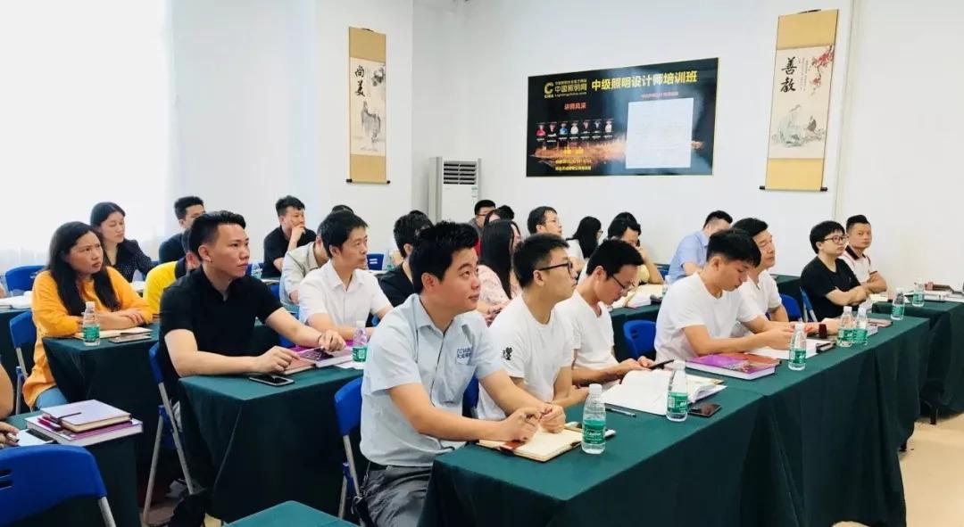 有产品开发,产品营销,经销商,工程师等等,且参加中级照明培训班的学员