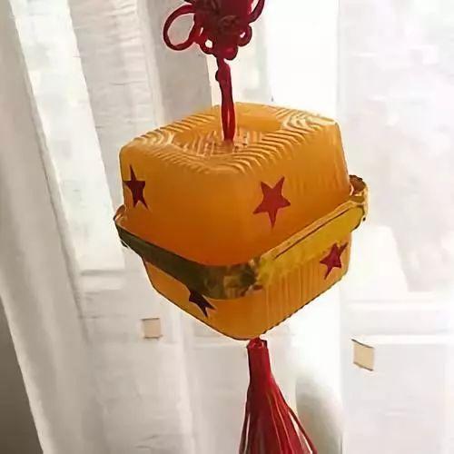 材料:一个圆形的灯笼,彩纸(白色,绿色,黑色,红色)