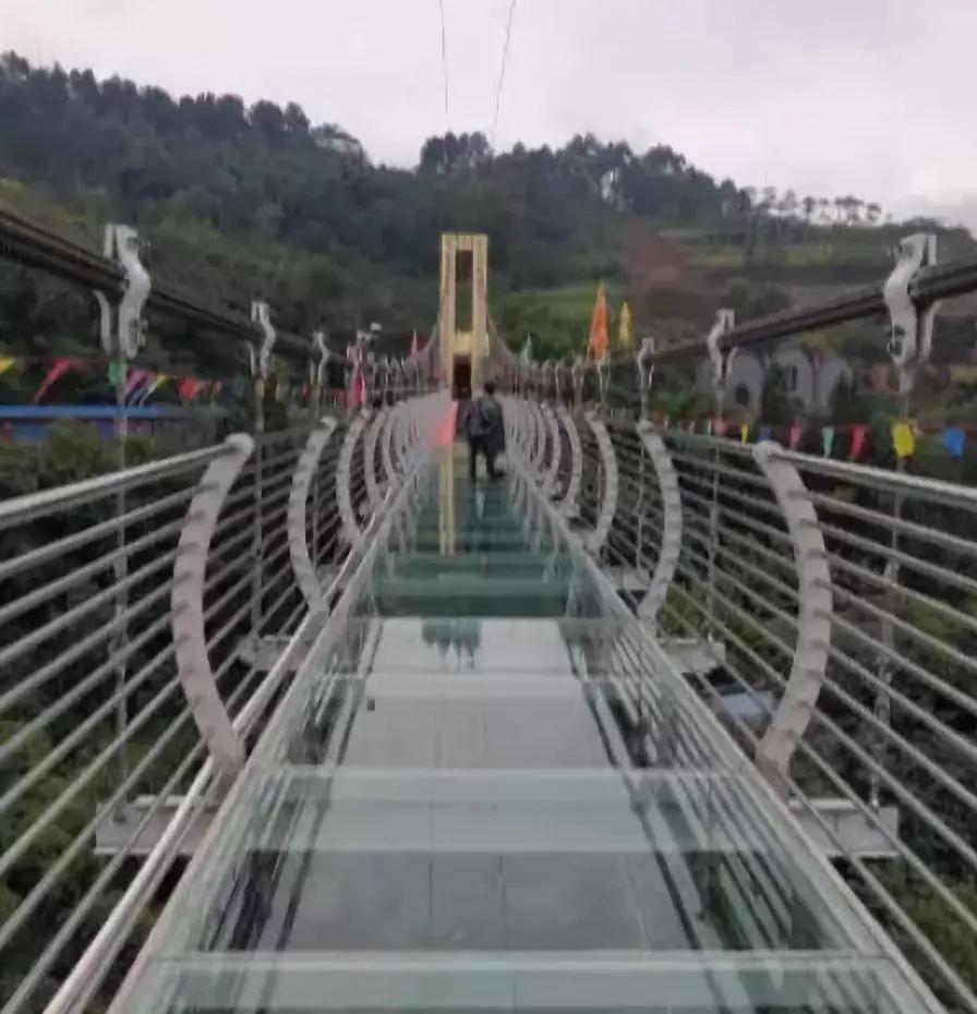"""国庆期间,七洞沟景区""""9d特效玻璃桥""""""""滑道""""正式开放,10月1日至7日"""
