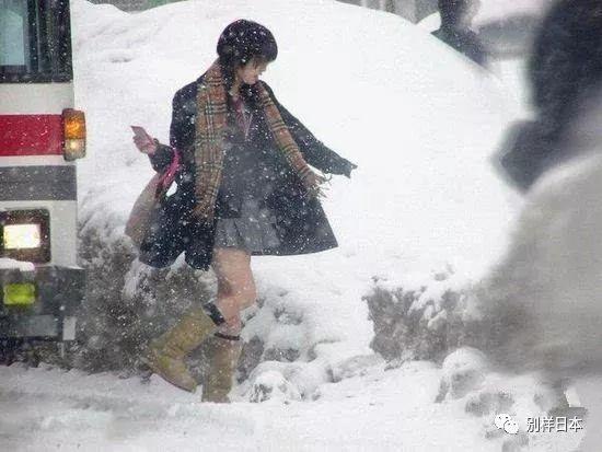 看哆嗦了!北京女雪天生大短裙穿高中露高中大腿日本生复读图片