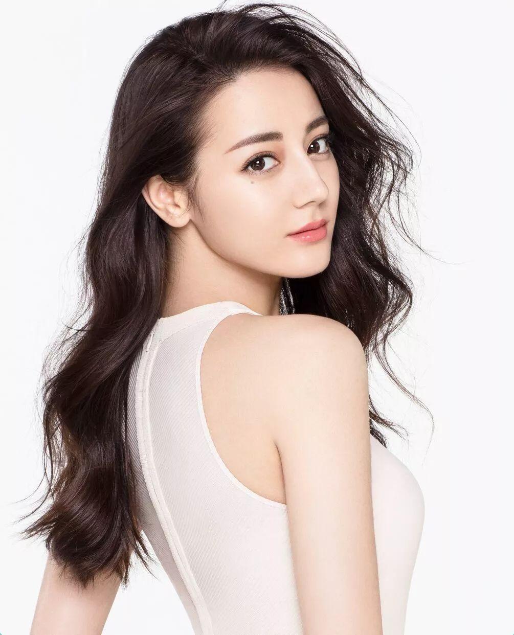 刘亦菲的水波卷与热巴的比较相似,都属于高位卷,刘海发根轻烫,发尾图片