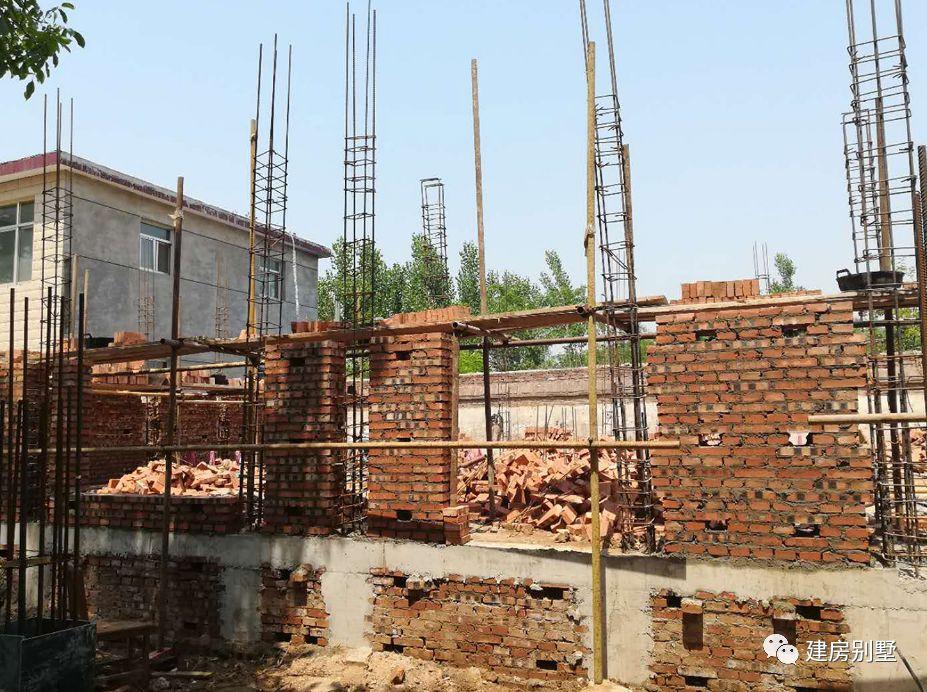 主体用砖混结构建造,红砖砌墙,带构造柱.