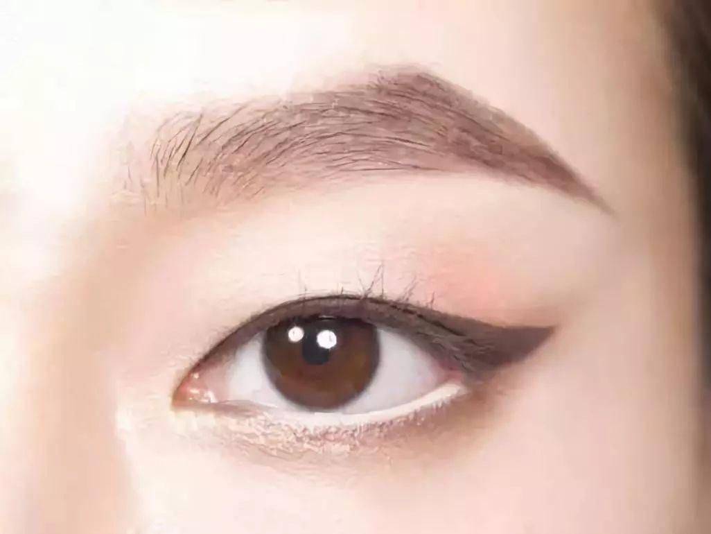 如果你是可爱的单眼皮妹子呀   眼线的画法之一呢   就是可以参照