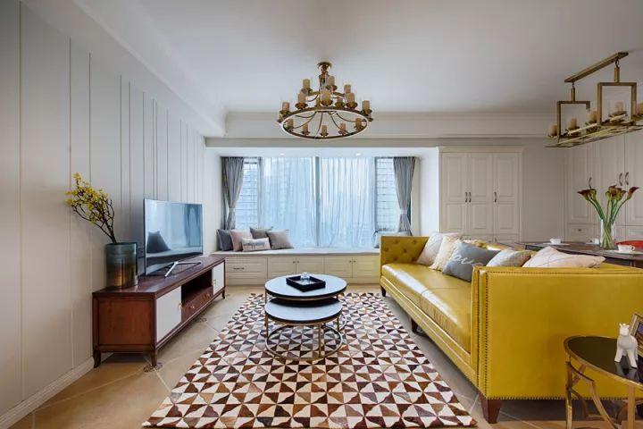客厅   客厅与餐厅是个横厅格局的,居中位置摆一张素黄色的的皮沙发图片