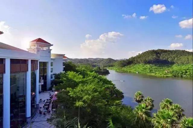 台山喜运来温泉大酒店立于台山三合旅游区,毗邻北峰山国家森林
