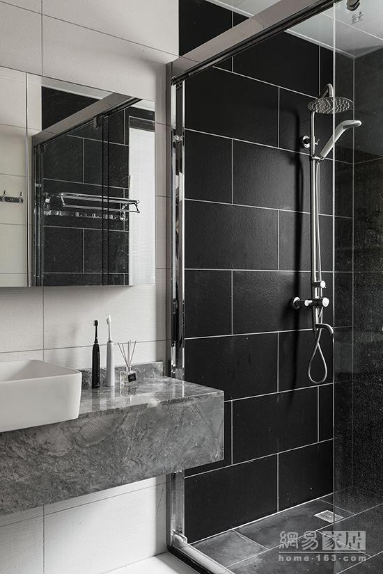 卫生间是黑白灰设计,小到牙刷和香薰,都是同一色调.