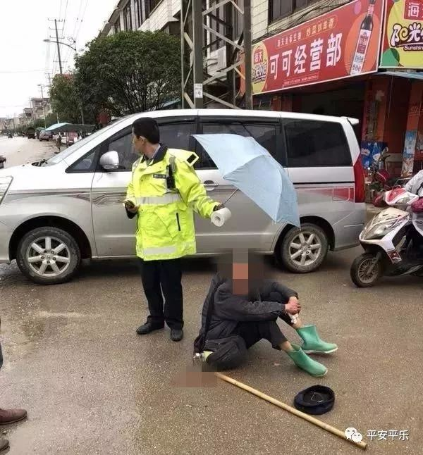 """【暖新闻】寒风冷雨中老人摔伤    平乐交警""""撑伞哥"""""""