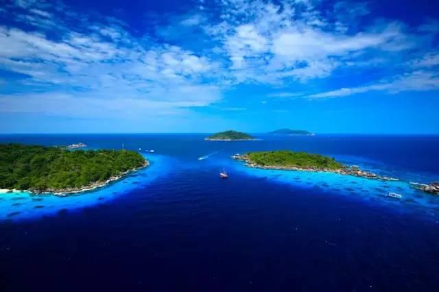 作为泰国最大的岛屿,普吉岛的魅力来自于它那美丽的大海,令人神往的