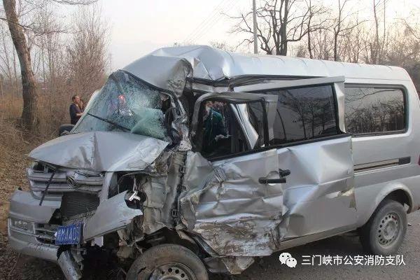 面包车撞树司机被困   看三门峡消防如何成功处置