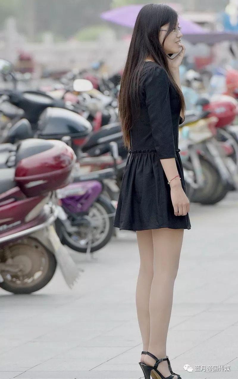 我要日美女影院_蓝月帝国街拍:电影院门口街拍的丝袜美女